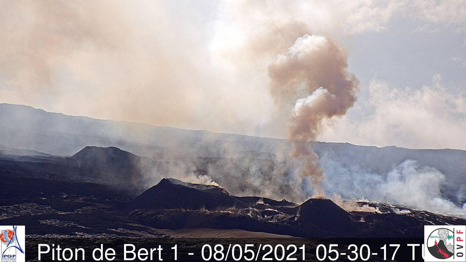 Piton de La Fournaise - 08.05.2021 / 05:30 UTC - webcam Bert 1