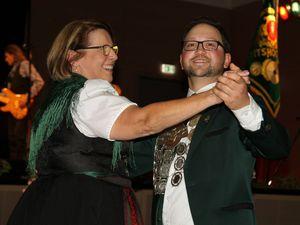 Schützenmeisterin Gabriele Quast eröffnete traditionsgemäß mit einem Schneewalzer den Schützenball mit dem neuen Schützenkönig Marius Stach.