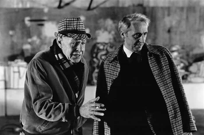 Le sculpteur français Jean Dubuffet et le marchand Daniel Cordier à la Cartoucherie de Vincennes, en 1972, dans le Val-de-Marne, France. Francis CHAVEROU / Getty Images