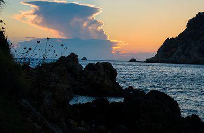 Paysage de coucher de soleil sur l'île de corfou en grece depuis la côte Ouest de l'île.  #corfou #Grèce #soleil. #sun #île #corfou