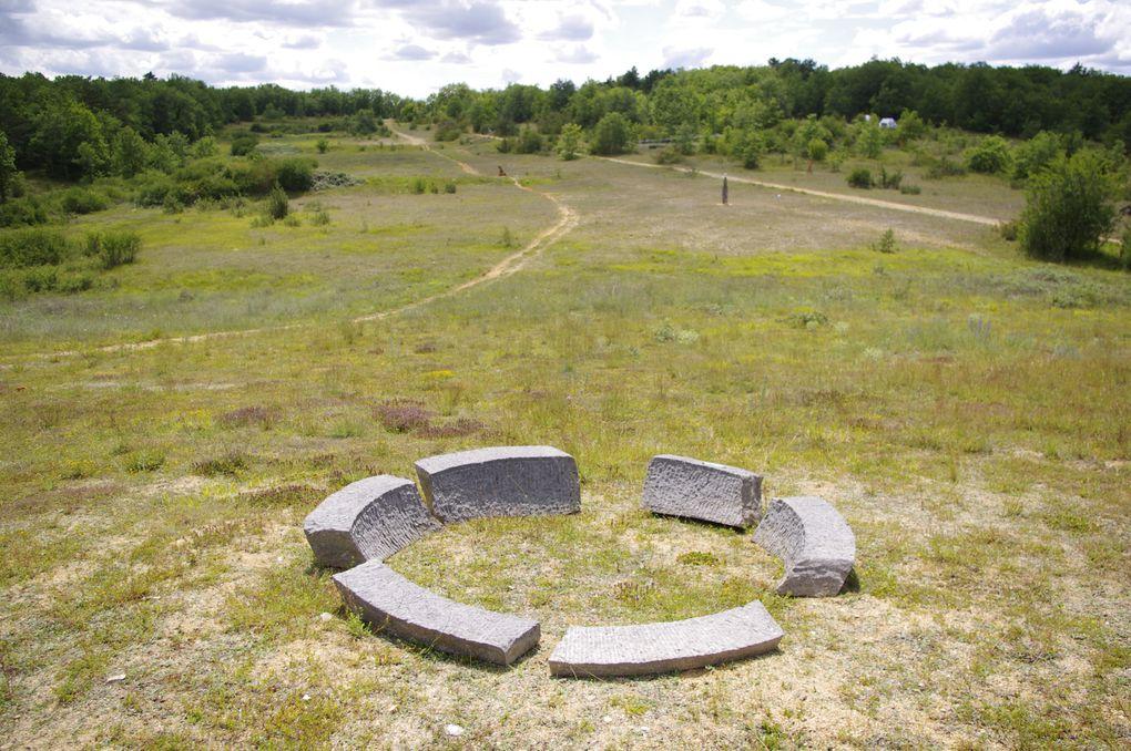 """Exposition d'art in situ intitulée """"Hache Q. E."""" et organisée en 2011 par l'association GRANDEUR NATURE sur le site de l'ancien terrain militaire de Savignac-les-Églises."""