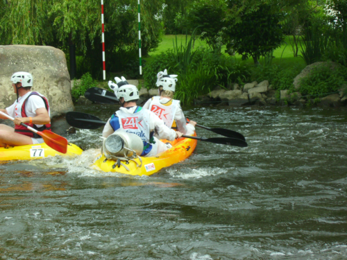 Les photos de la deuxième partie des 24 heures kayak 2007 le dimanche, une compétition loisir de kayak, disputée à Inzinzac-Lochrist, dans le Morbihan, en Bretagne. Les quelques 110 équipes de 8 kayakistes font le tour de l'île de Locastel pen