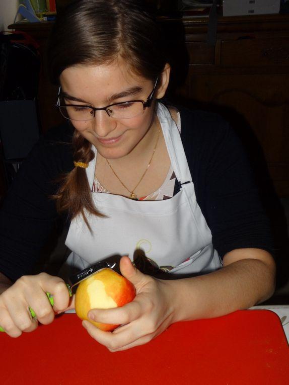 ÉTAPE N°1 BIS: Mathilde épluche également 2 pommes ( et oui on est 4 et ils sont 2 donc chacun fait 2 pommes comme ça pas de jaloux !) .Concentrée la miss qui est en mission épluchage avec un économe pour la 1 ère fois également .Mais pareil que son frère ,elle n'oublie pas sa maman en reportage photos :)
