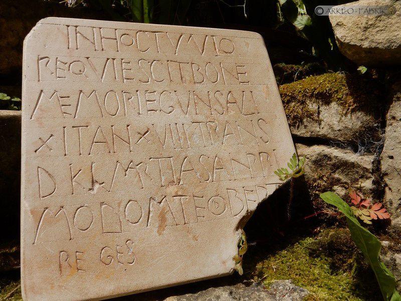 Copie de la stèle épitaphe médiévale dite ''de Gunsa'' réalisée pour la ville de Brioude (43).