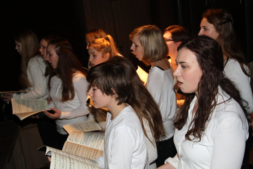 Durch die räumlich szenische Gestaltung von Christina Stibi kamen die aktuellen Texte und die abwechslungsreiche poppig-jazzige Musik bestens zur Geltung. So gab es laufend Stellungswechsel und verteilten sich effektvoll Chorgruppen immer wieder im Kirchenraum, erklang der Jugendchor auch von der Empore.