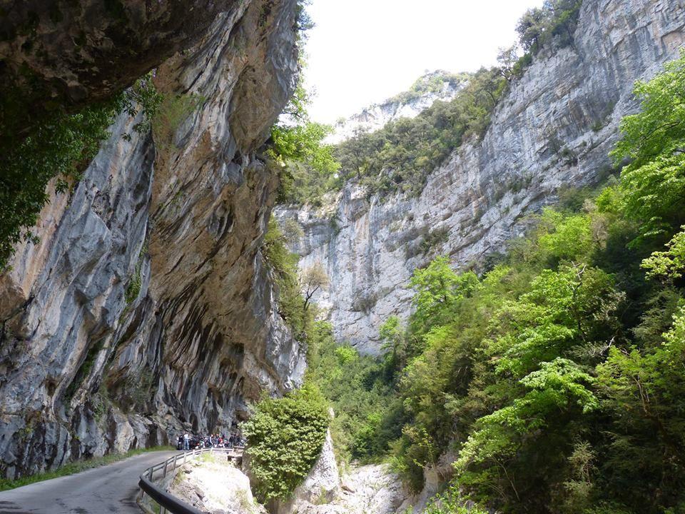 Décision de dernière minute, tant pour le départ que pour la destination. Sur une excellente idée de Nat' & Isa, avec un super parcours de Denis, notre gagnant du meilleur parcours du jour (Merci à eux), la petite troupe de 9 motos (6 motards et 3 motardes) a pris la direction de l'Espagne via le col de Aragnouet-Bielsa, à la découverte du canyon de Añisclo i el riu Bellós au coeur du parc national d'Ordesa et du Mont-Perdu (en espagnol : Parque nacional de Ordesa y Monte Perdido).