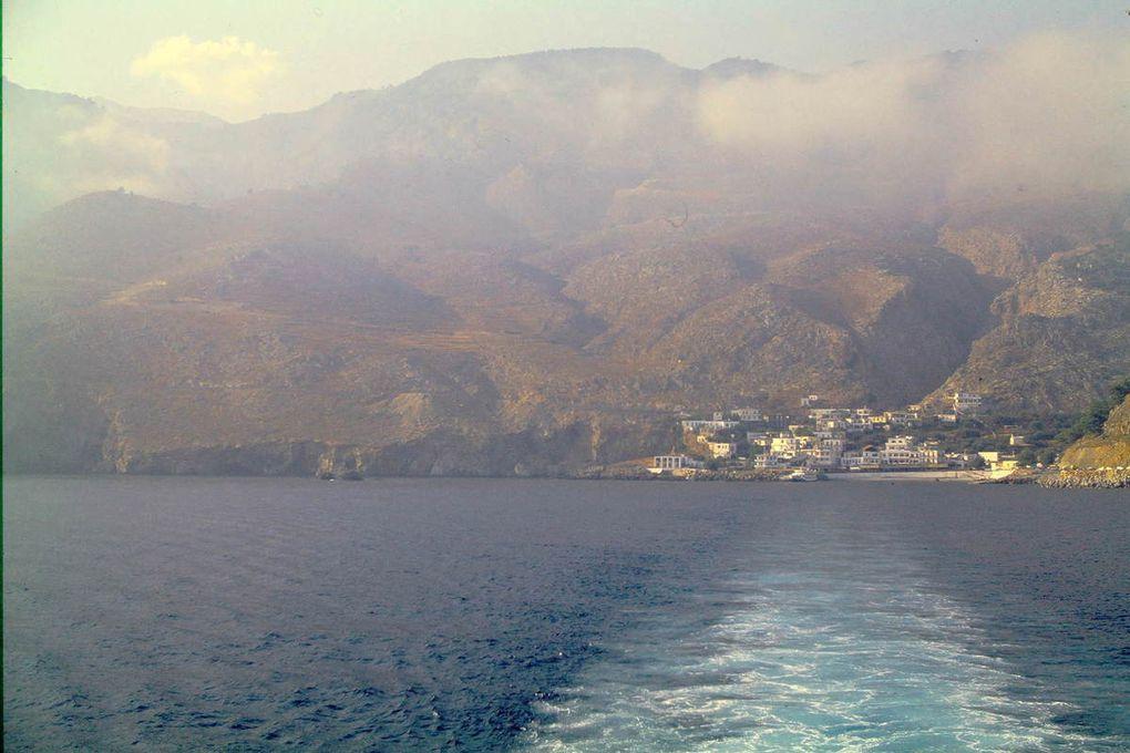 C'est l'île la plus au sud de toute l'Europe, à 40 km de la Crète. On y arrive par un bac, quand le temps est calme. Sinon... eh bien on attend le prochain départ. Sur place, on trouve une chambre chez l'habitant, Yannis vous emmènera jusqu'à chez lui en tracteur. On peut commencer à se balader !