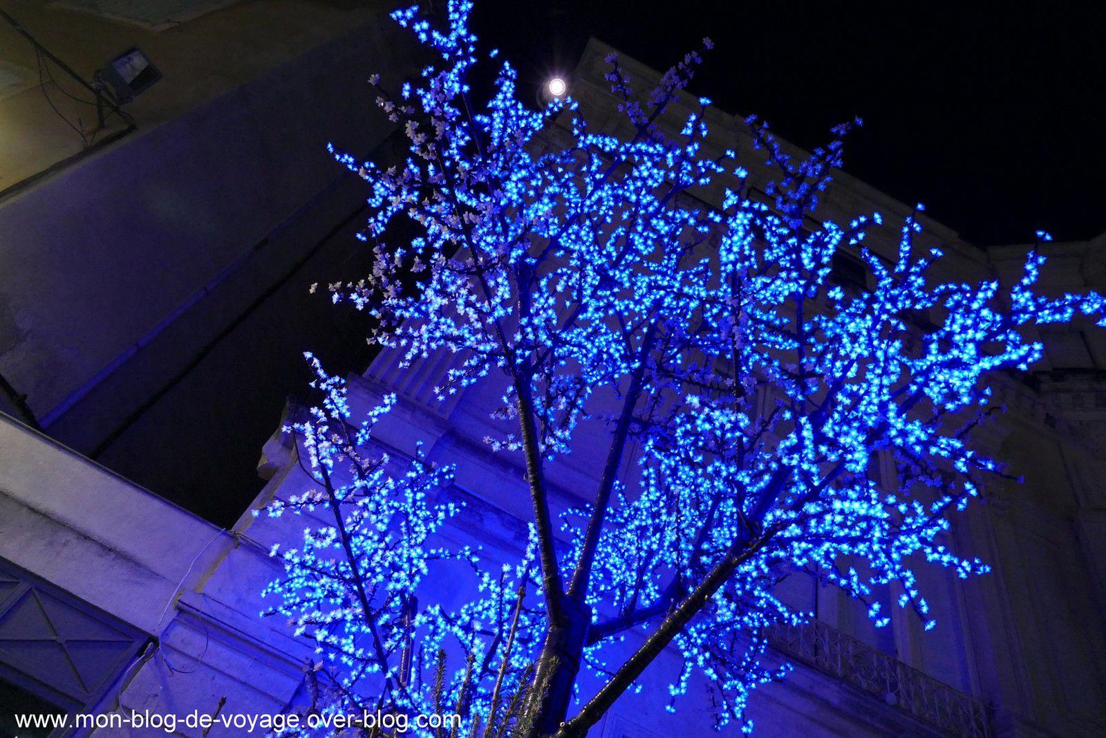Les artères commerçantes du centre ville et leurs décorations lumineuses (décembre 2020, images personnelles)