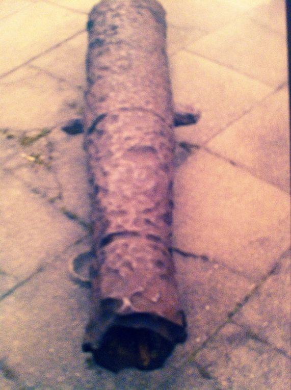 Inauguration du Cénotaphe de Vanikoro, un des deux canons donnés à la ville d'Albi, Une des trois ancres ramenée et donnée à la ville d'Albi visibles près du monument à Lapérouse.