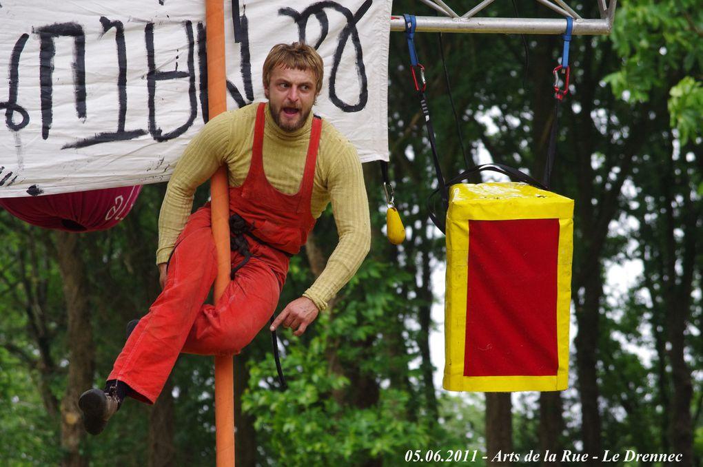 """LE DRENNEC-05.06.2011-Les Arts de la Rue - Le groupe de libération des arbres """"LES SANGLéS"""" fait une époustouflante démonstration de son talent. (fable écolo aérienne). Ces acteurs-jongleurs-amuseurs-narrateurs sont extraordinaires."""