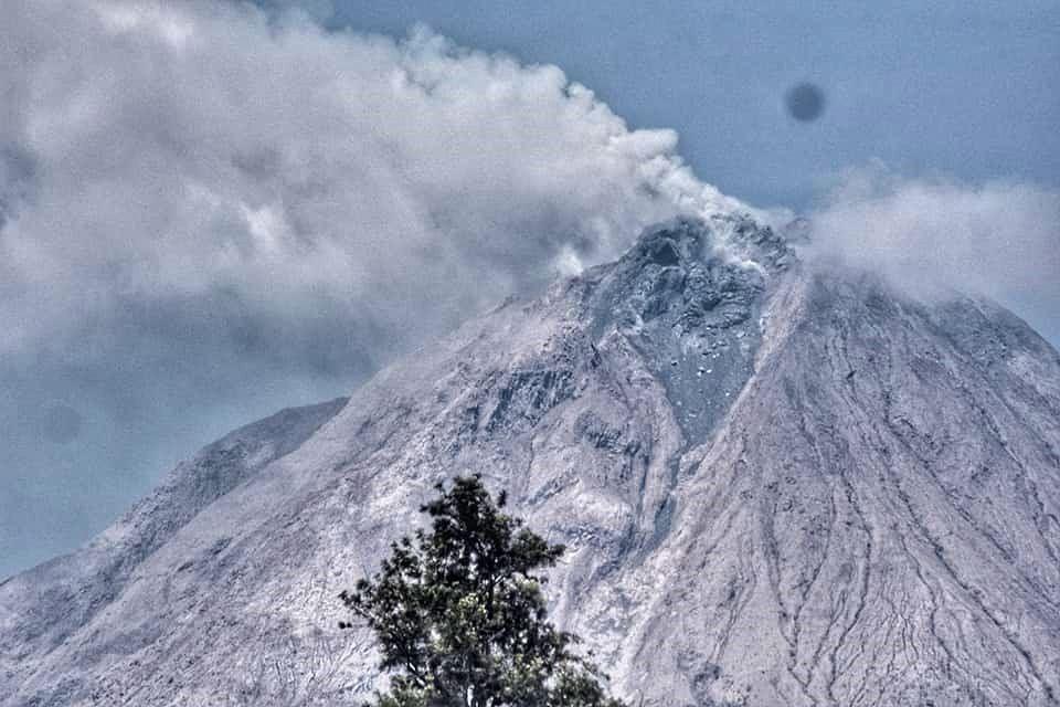 Sinabung - évolution du dôme- photo du dessus : 10.03.2021 / 11h09 / Nachelle homestay - photo du dessous : 10.03.2021 / Sadrah Peranginangin