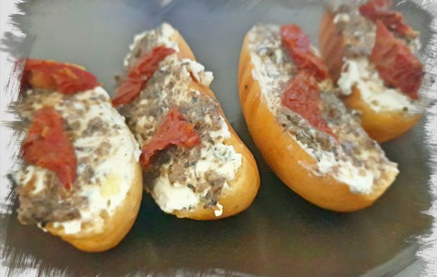 Pintxo  de pan de ajo con queso crema a las finas hierbas,salsa de trufa y tomate seco
