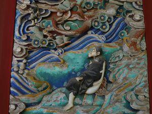 Un autre pavillon du Yakuôin, très beau, très riche en sculptures de bois vivement colorées.
