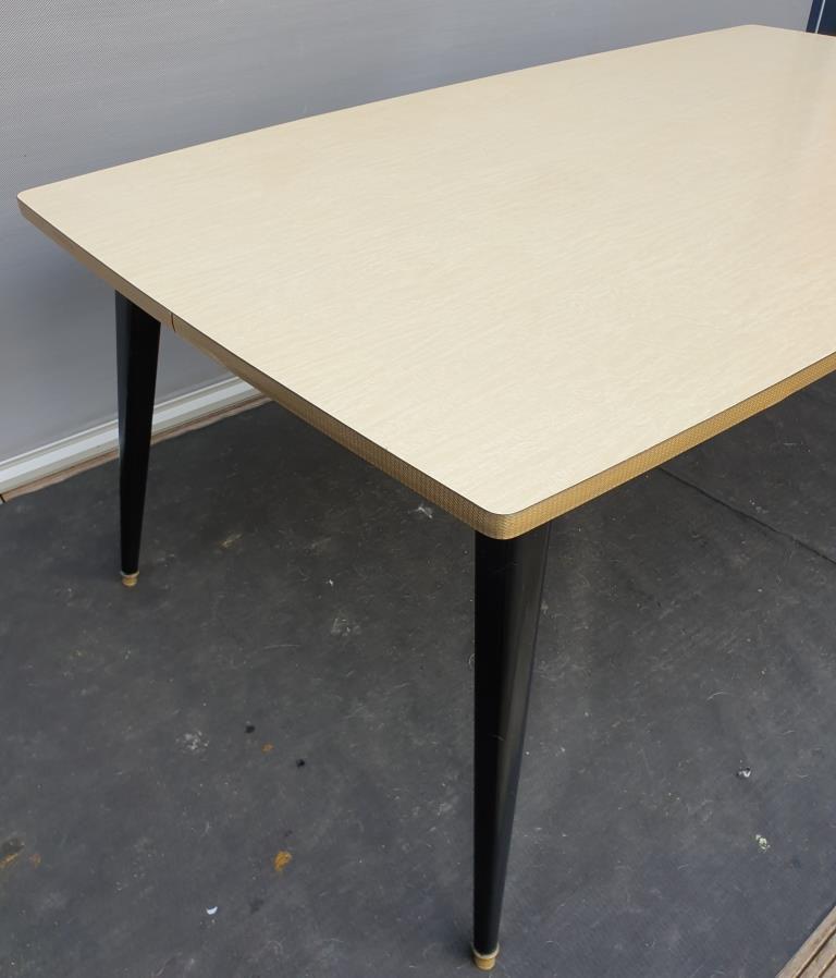 TABLE FORMICA JAUNE CHANT OR PIETEMENT NOIR EN COMPAS 1960 - VENDU