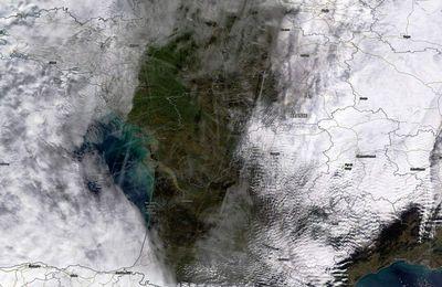 Un coin de ciel bleu au milieu des nuages, des traînées de condensation et des avions : drôle d'atmosphère…