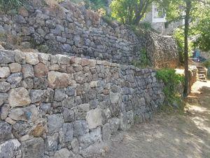 Restauration de murs en pierre sèche dans les Jardins de la Tour