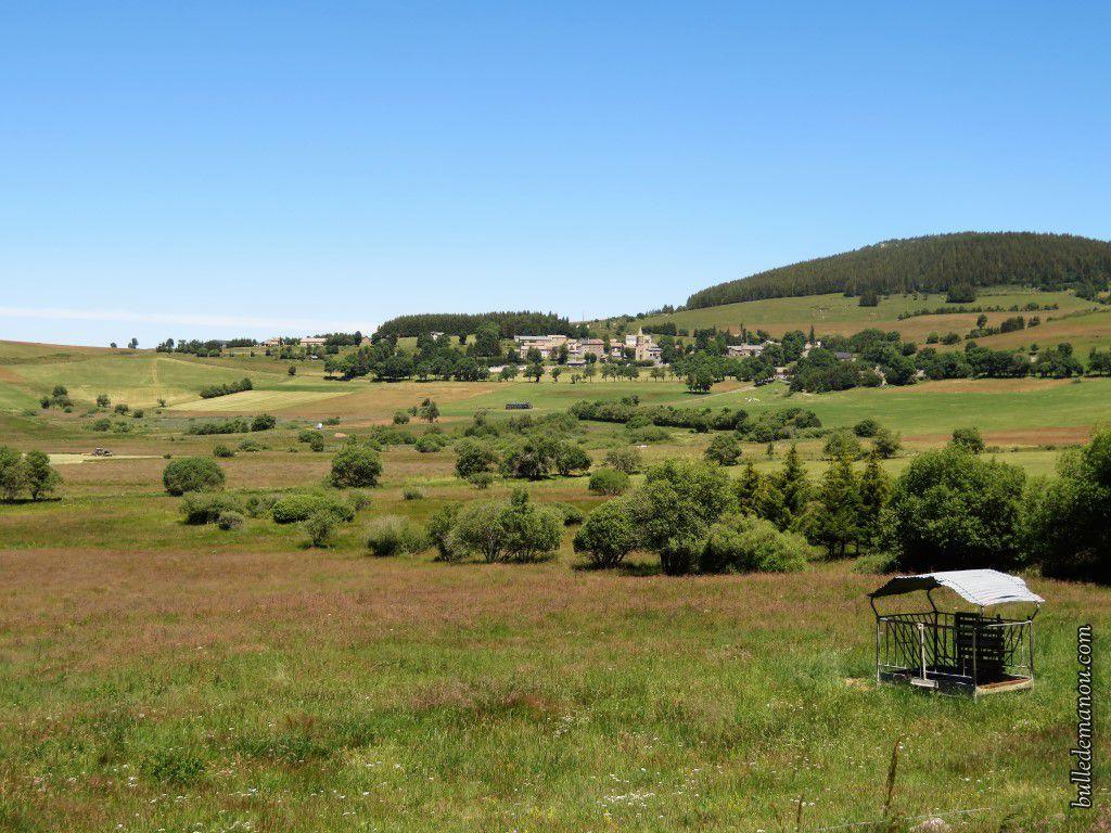 Le village de Chaudeyrolles, le Mont Signon au loin et les Narces au premier plan