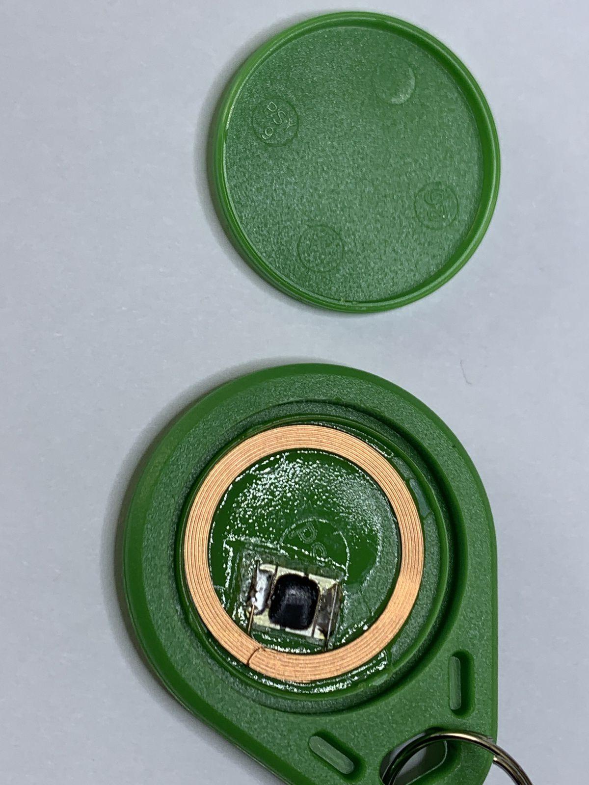 L'intérieur d'un chip NFC : une puce qui contient l'information et une bobine (antenne et source d'alimentation)
