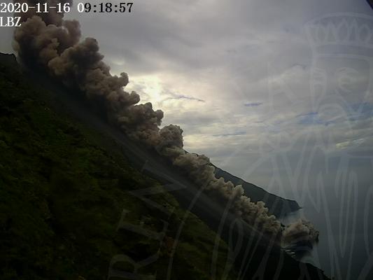 Stromboli - 16.11.2020 / 09h18 - coulée pyroclatique dans la Sciara del Fuoco - photo LGS