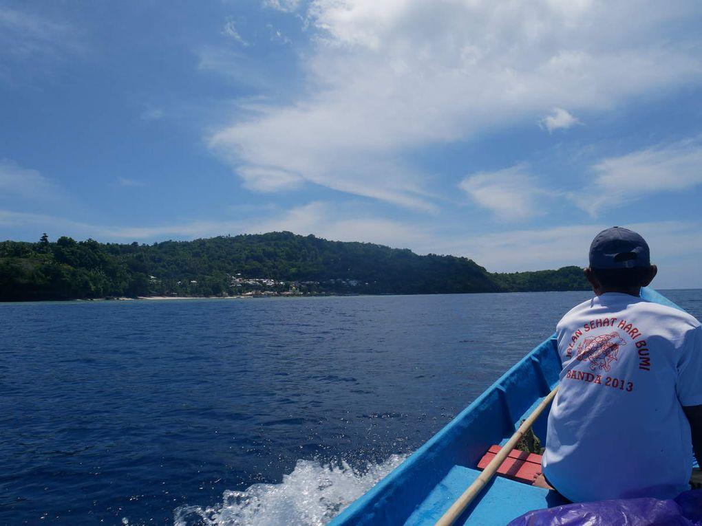 M; Abdullah nous emmène au sud de l'île de Run, sur l'îlot inhabité de Nailaka.Il est connu pour la clarté de ses fonds et la présence de gros poissons.  Au loin, Banda Besar et Banda Neira, le centre de l'archipel avec ses sommets, tandis que l'île d' Ay, plus proche, est moins accidentée.