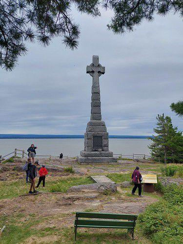Les trois monuments-souvenirs avec vues sur le quai, l'hôtel de 3e classe et le Centre de désinfection