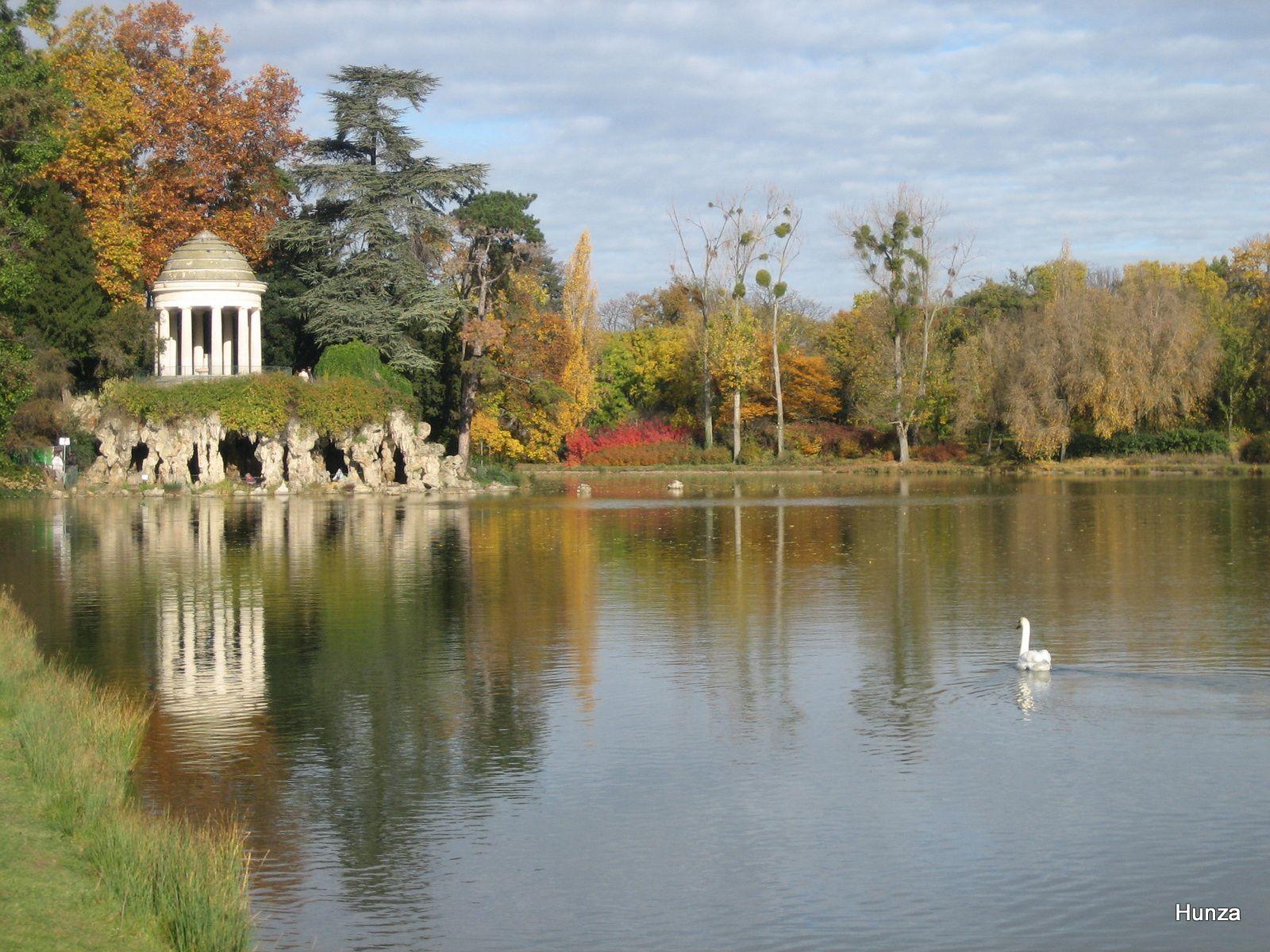 Lac Daumesnil : le kiosque (réplique du temple de Vesta à Tivoli en Italie) et la grotte, à la pointe sud-est de l'île Reuilly