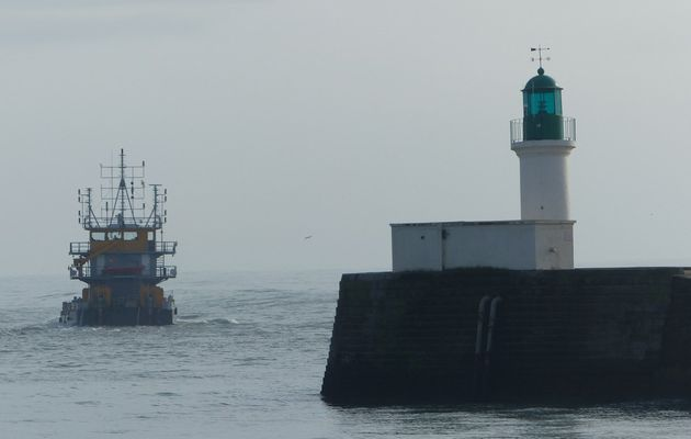 Bateau de travaux maritimes sortant du port des Sables