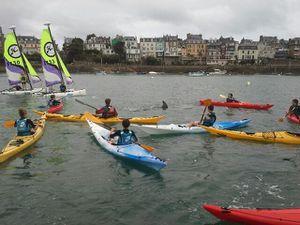 Fiete passe faire un coucou aux enfants du club de kayaks de Dinard (CP: Fred).