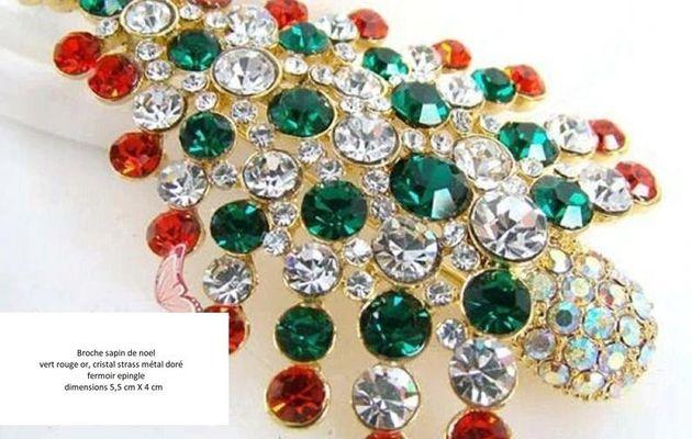 Très jolie broche,sapin de noel,avec son etoile,cristal rouge vert mauve,laiton doré or brillant,fermoir épingle, bobo bohème fashion,cadeau fete anniversaire,bijou accessoire femme,baroque rococo minimaliste,arbre décoration ceremonie