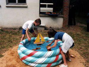 Petits bateaux - Les Marinettes à Vic-sur-Cère en 1985 - pause goûter - A Etrépagny en 1997 : la pyramide roulante ...
