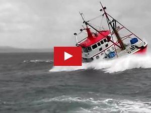 VIDEO - coup de baston pour un chalutier rentrant au port