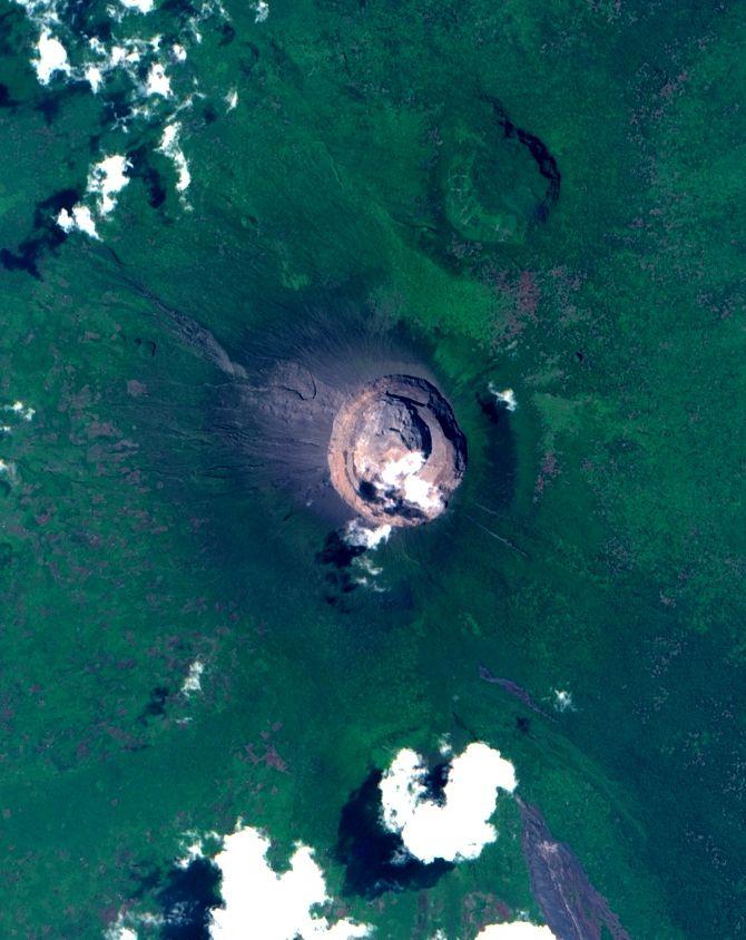 Nyiragongo - image Sentinel-2 bands 4,3,2 & 12,11,8A from 08.25.2021 / via Monts project & the crater during the flyby on 08.26.2021 / via Dr. Balagizi