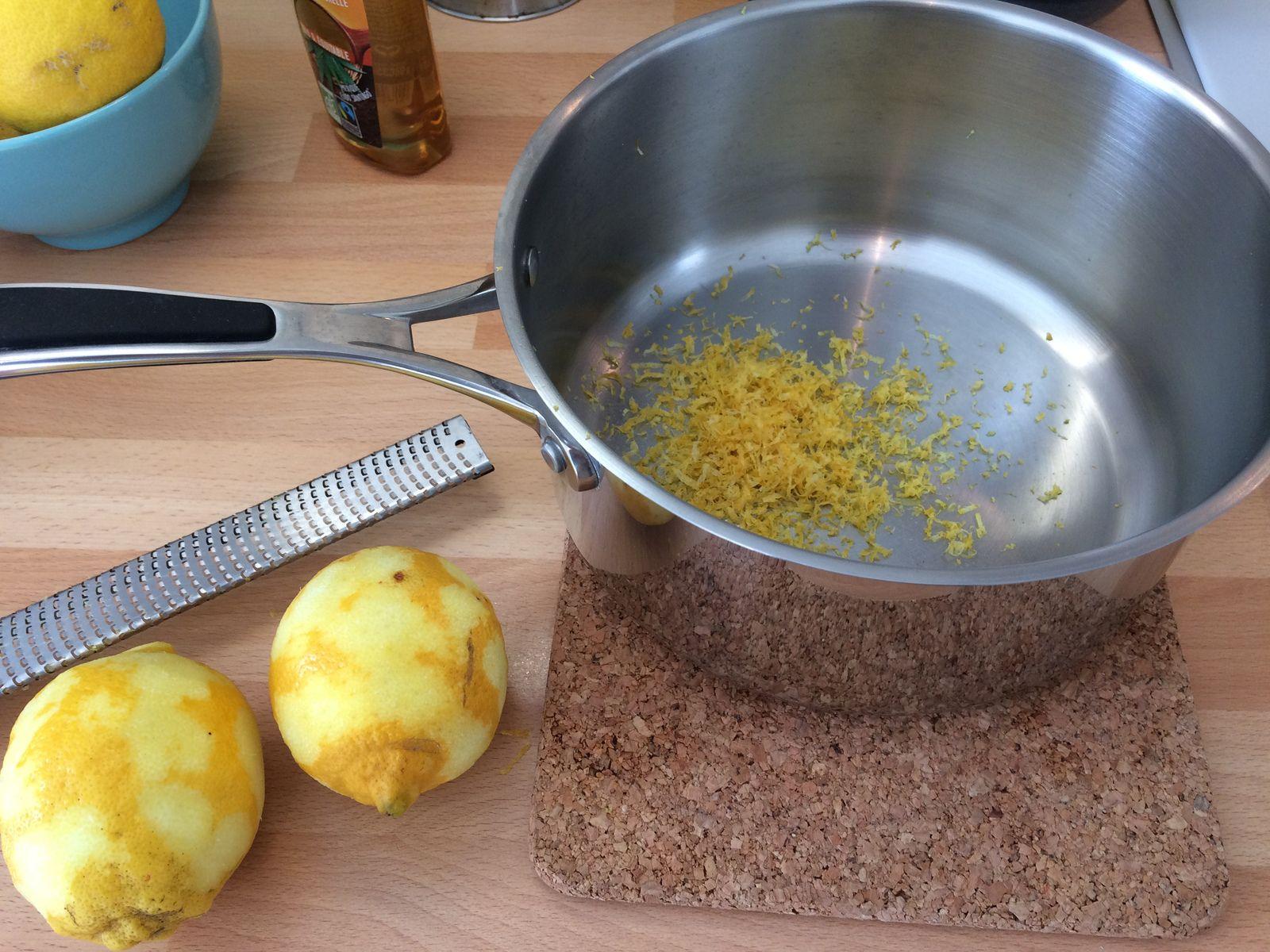 Pour renforcer le goût de citron j'ai choisi de faire infuser une heure le zeste de 2 citrons dans la crème liquide portée à ébullition, mais cette étape est facultative.