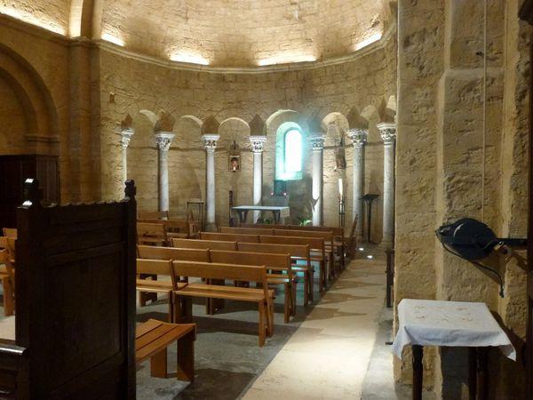 On peut voir la nef et l'abside décorée de colonnettes sculptées...