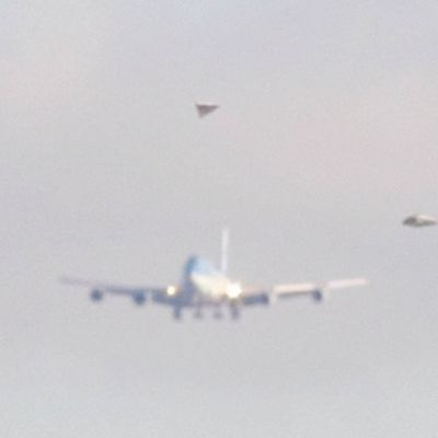 AIR FORCE ONE escorted by UFO TR-3B !!! August 2016