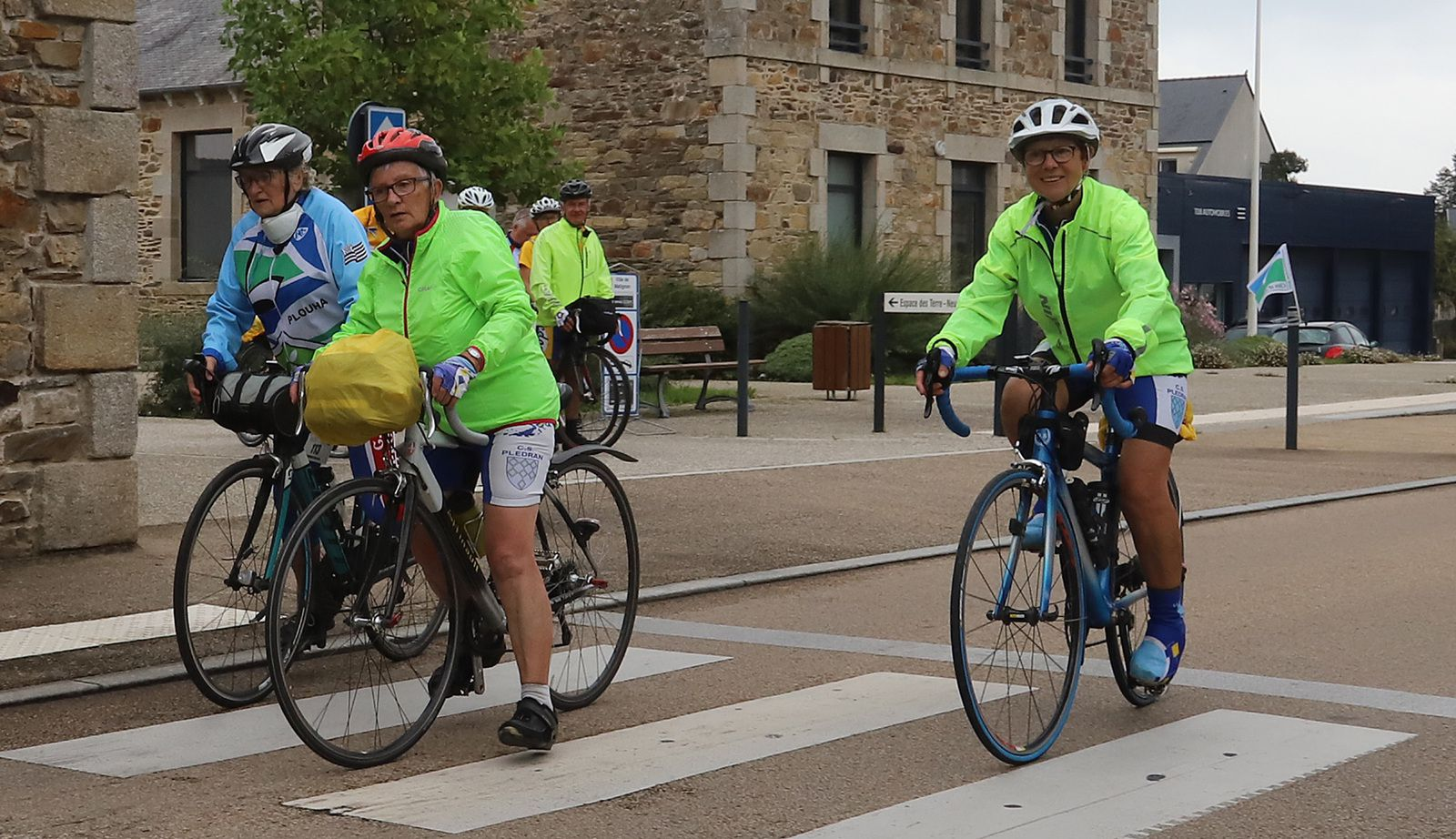 """3 bénévoles de La Presqu'île font une petite pose bien méritée. Au pointage tout est """"clean"""" efficacité absolu , rien à dire!!!!!!!!!!!! Voilà qu'arrive à son tour sous un large sourire la féminine et son vélo couché. Photo générale des cyclos de Redon avec Alain , et c'est le moment de repartir."""