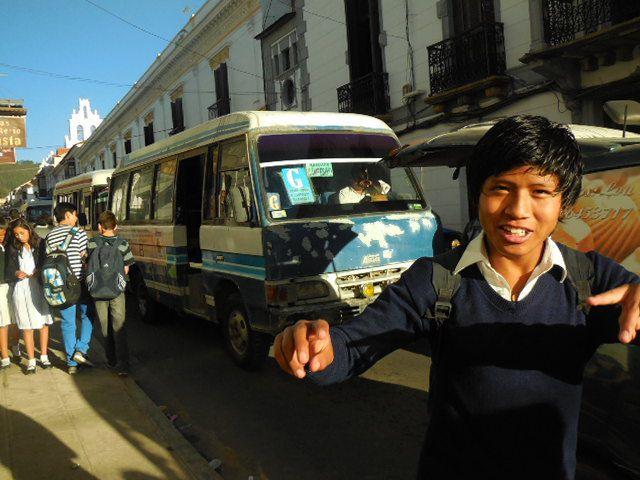 La ville:  les rues, les zèbres, les grèves, la circulation, le drapeau des ethnies,la tapisserie etc ...