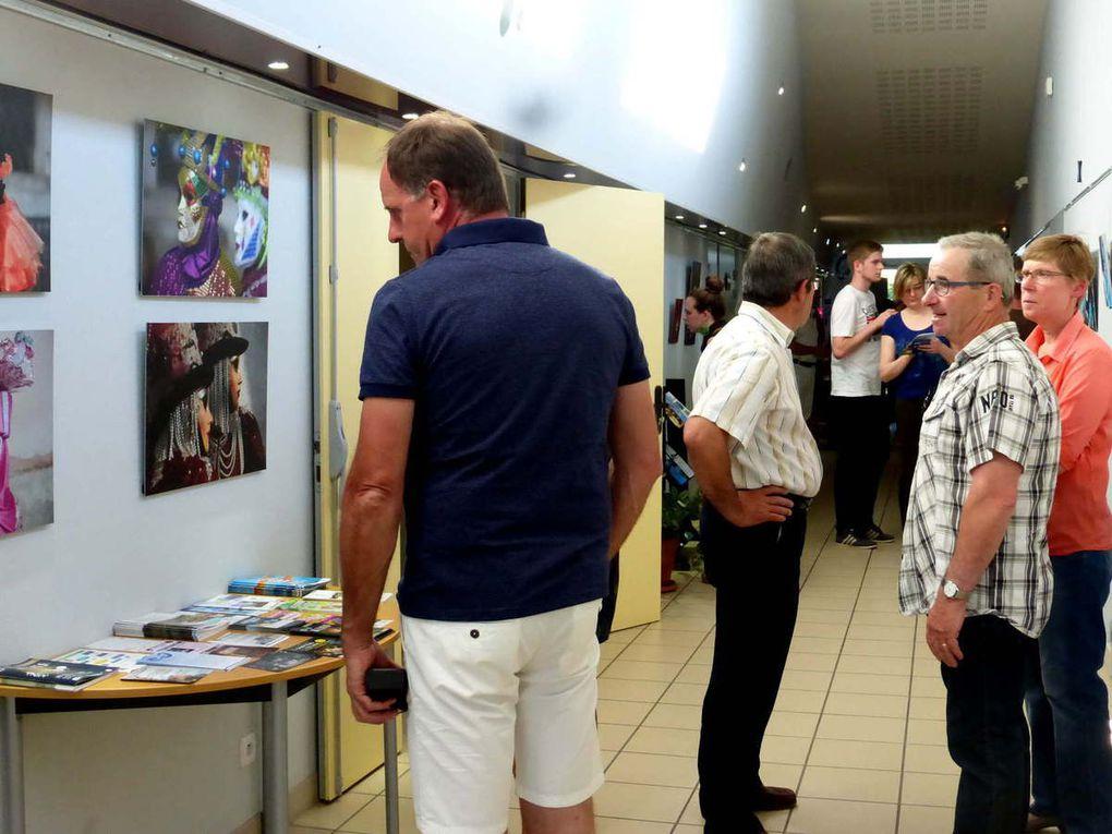 Les visiteurs s'attardent devant les photos