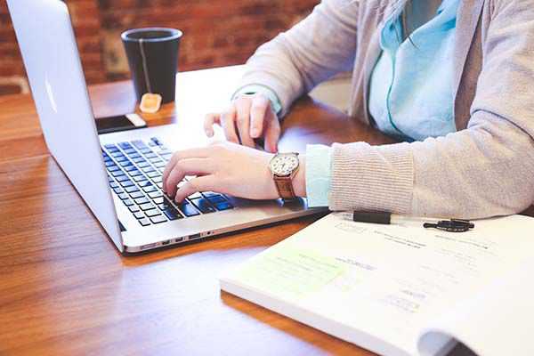 etudiante foramtion cafe portable ordinateur bernieshoot