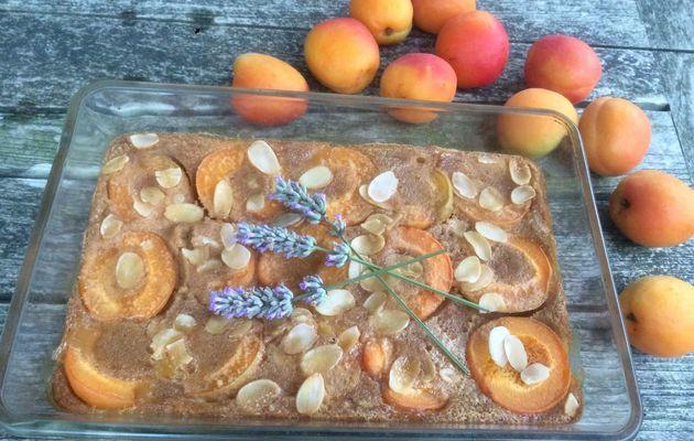 Clafoutis aux abricots, amandes et lavande.