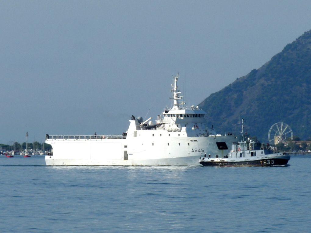 ALIZE  A645 , batiment de soutien à la plongée , rentrant au port de Toulon le 15 septembre 2018 et assisté par le remorqueur portuaire  LARDIER  Y638