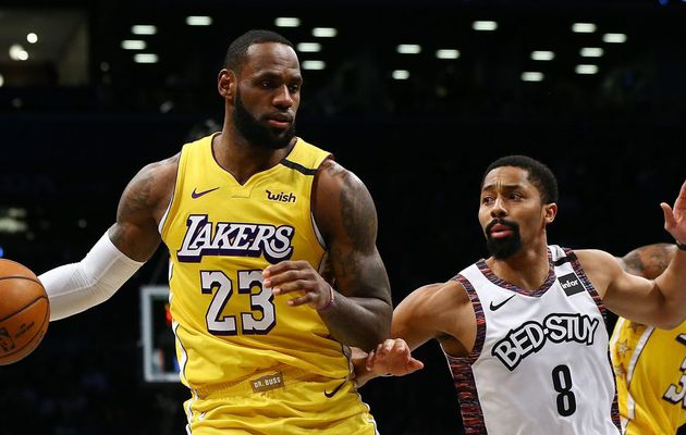 LeBron James mène les Lakers à Brooklyn avec un triple-double