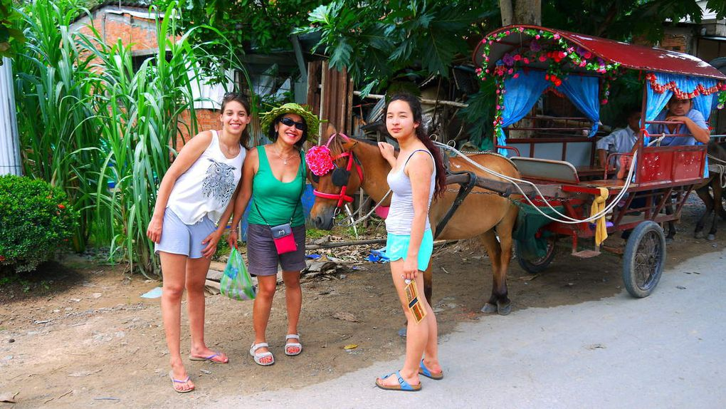 Nous partons pour Mi Tho, afin d'embarquer pour l'île de Que An. Ile très touristique avec des commerces dont celui de la fabrication de bonbon de coco. Nous effectuons une petite balade avec les charrettes tirées par les chevaux. Nous allons déguster des fruits locaux puis nous promener en barque à rame en traversant un canal bordé des palmiers d'eau, un paysage typique de la région, pour reprendre le bateau. Et  continuer vers l'île de Con Phung où on visitera l'élevage de crocodile et le temple du Maitre de cocotier (Nam Nguyen Thanh, un moine hermite qui a fait construire un monument sur l'île et qui ne se nourrissait que de noix de coco).  Après un déjeuner copieux au restaurant « Miền Tây », nous reprenons  le bateau pour aller à My Tho..