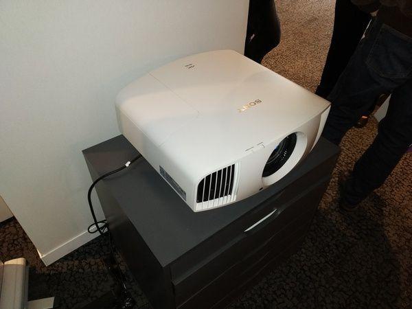 photos - visuels vidéo-projecteur Sony VPL-VW570ES