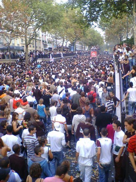 """Paris, samedi 16 septembre 2006, 20 camions-sono et plus de 300000 participants... Vous y &eacute;tiez, alors vous &ecirc;tes sans doute en photo ici !<br /><span style=""""font-style: italic;"""">(Vous pouvez aussi retrouver les photos de la Techno Parade 2005 </span><a href=""""http://al1web.over-blog.com/album-61084.html"""" style=""""font-style: italic;"""">l&agrave;</a><span style=""""font-style: italic;"""">)</span>"""