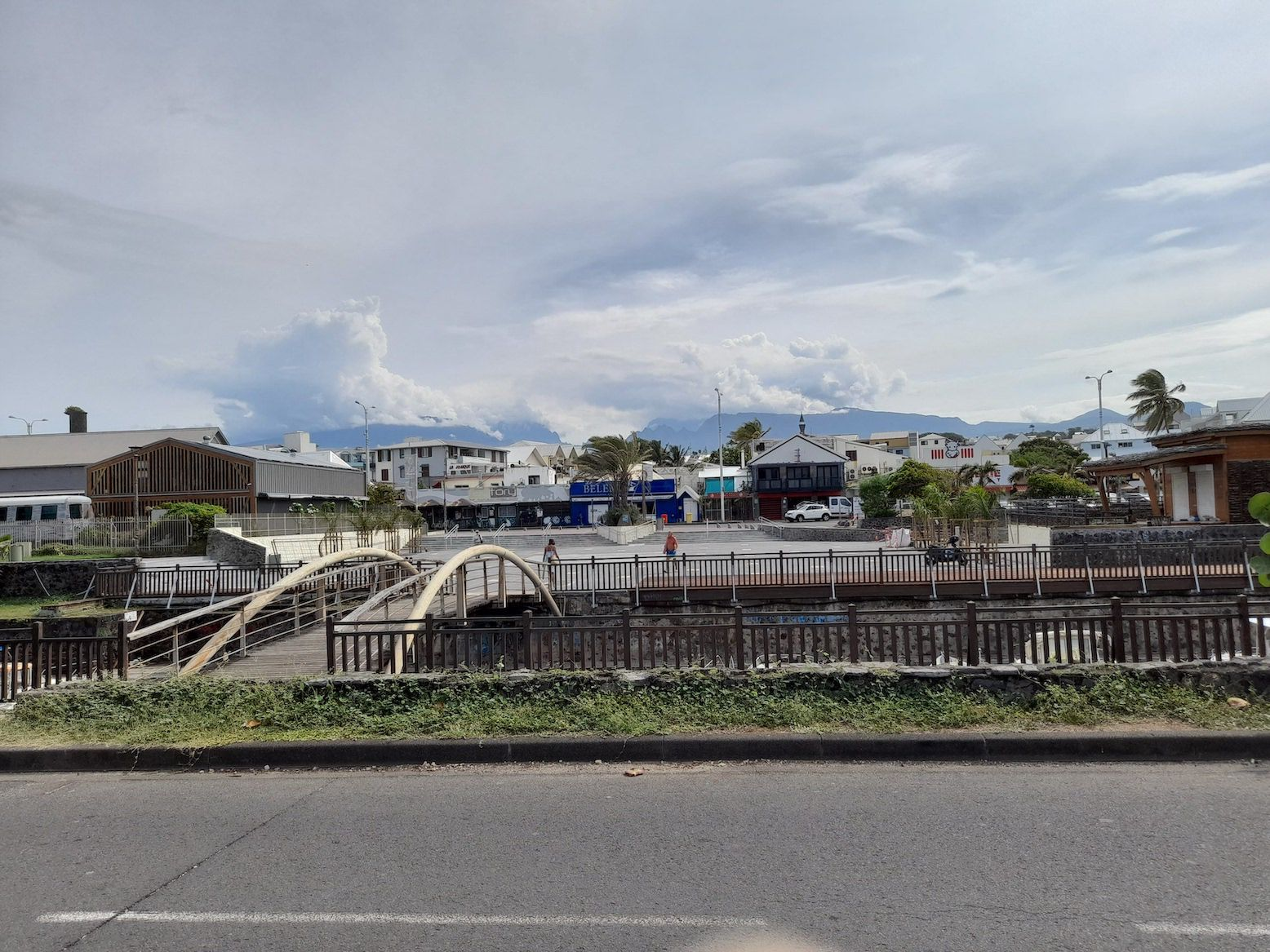 Saint Pierre : une nouvelle esplanade ... mais où sont les arbres d'antan ?