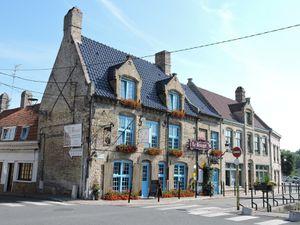Tout d'abord Bergues ! Très jolie ville, où l'on retrouve les caractéristiques des Flandres, avec son beffroi, ses maisons à pignons, ses estaminets...