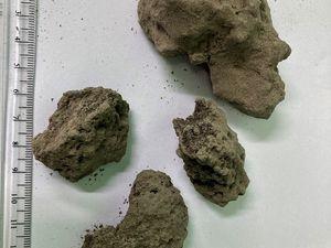 Eruptions de la Soufrière - des cendres recouvrent l'île - photos St.Vincent and the Grenadines et R.Robertson ( échantillons de scories pluricentimétrique sur la zone re Rabacca river à plus de 7 km du volcan) - un clic pour agrandir