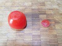3 - Incorporer les anchois à la farce, puis le persil haché. Couper la base des tomates pour qu'elles soient bien stables. Les garnir avec la farce, terminer par déposer un câpre sur le dessus et recouvrir du chapeau avec le pédoncule.  Disposer sur un plat de service décoré suivant votre inspiration et proposer en petites bouchées à l'apéritif ou en entrée.