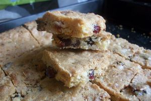 BLONDIES AUX CRAMBERRIES ET CHOCOLAT BLANC